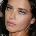 La modelo Adriana Lima, nueva imagen de la marca Maybelline New York